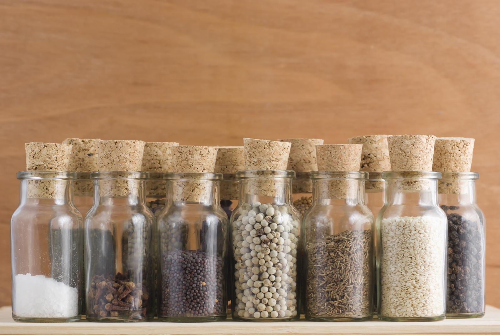 etiqueta tus tarros de cocina con pintura de pizarra