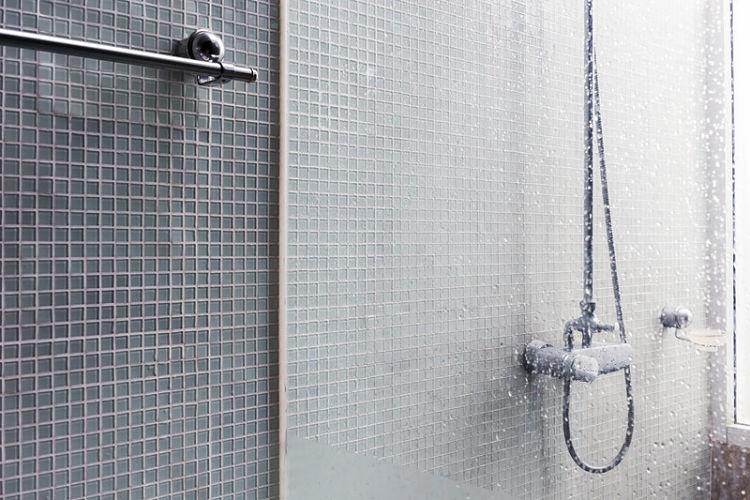 Azulejos Baño Limpiar: de baño y secar con un paño los azulejos cada vez que nos duchamos