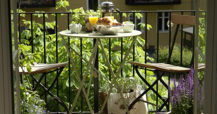 balcón parisino con desayuno