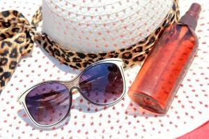 Sombrero, crema y gafas