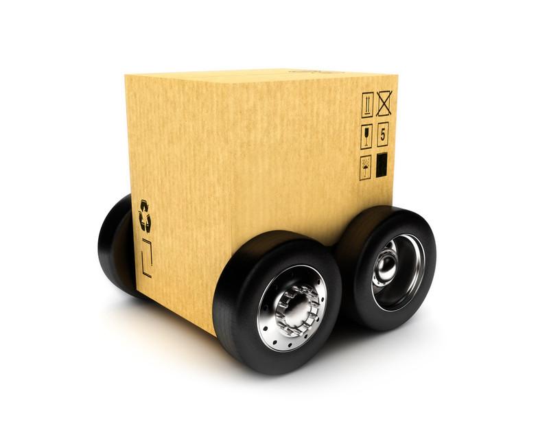 Camión de cartón con ruedas