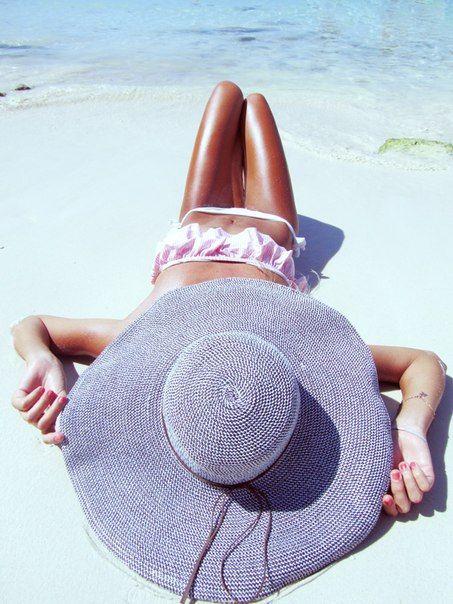 tomando el sol con sombrero