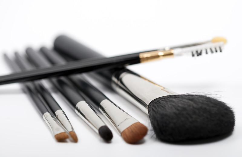Maquillar y peinar las cejas