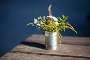 Cultiva hierbas aromáticas en latas viejas