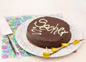 Tarta sacher: chocolate, mermelada de frutas y nata