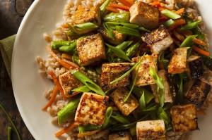 Tofu salteado con verduras y arroz integral