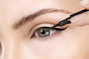 Cómo usar el eyeliner de ojos correctamente