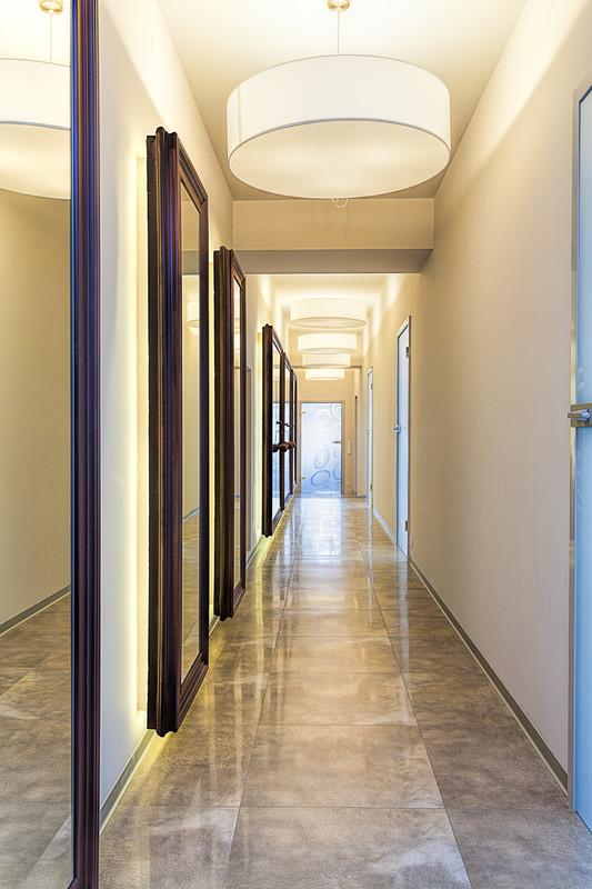 C mo dar vida a los pasillos estrechos for Espejo largo pared