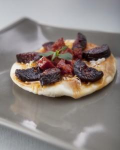 Pizzeta redonda de Idiazábal e ibéricos & Mahou Negra