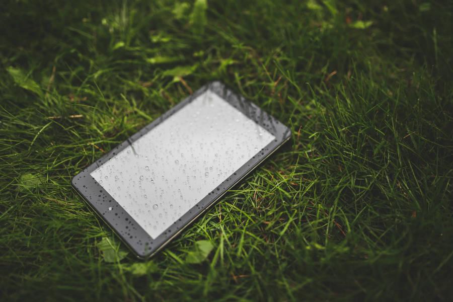 cómo rescatar un móvil mojado