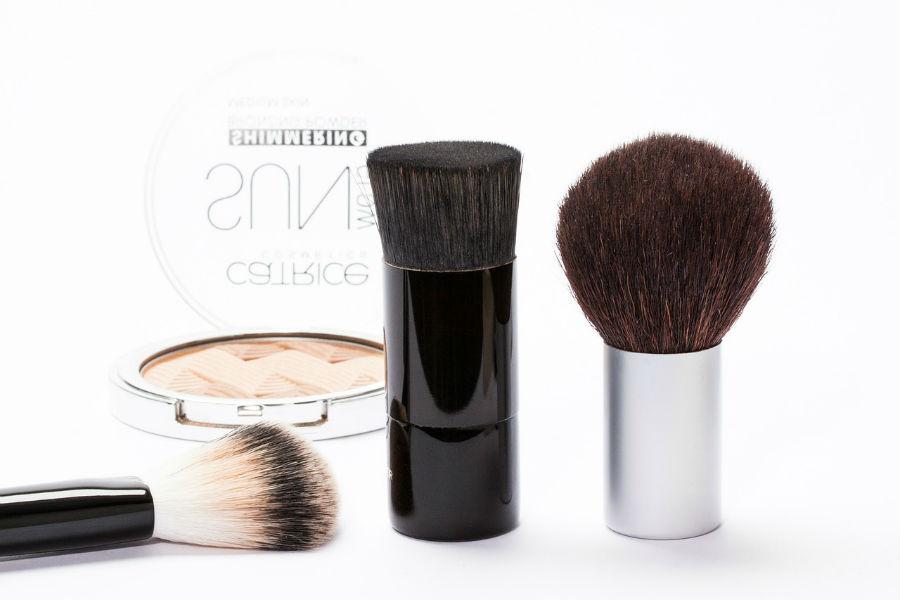 cómo limpiar brochas de maquillaje