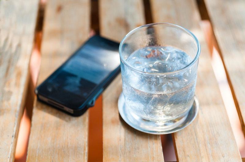 qué hacer con un móvil mojado