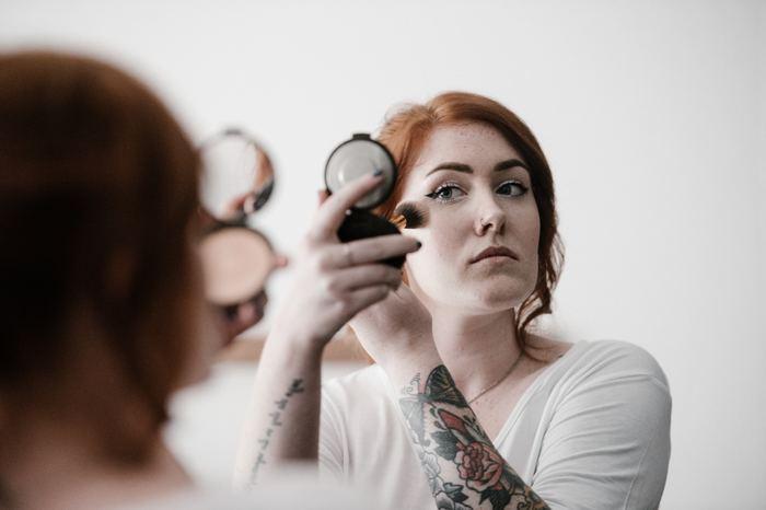 como quitar maquillaje de la ropa