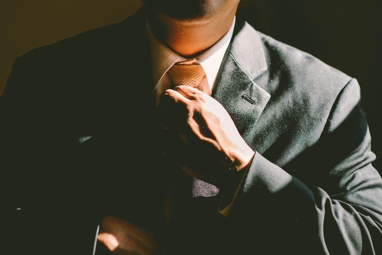 Descubre cómo hacer el nudo de la corbata de la forma más sencilla