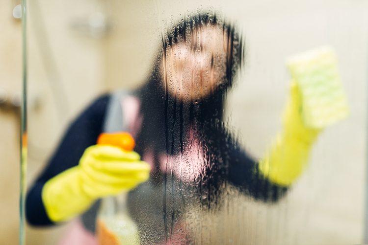 Apunta estos trucos para limpiar cristales