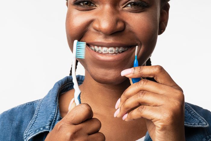 cepillarse los dientes con brackets